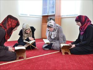 Вера (в сером платье) обучает Корану своих сестер по религии